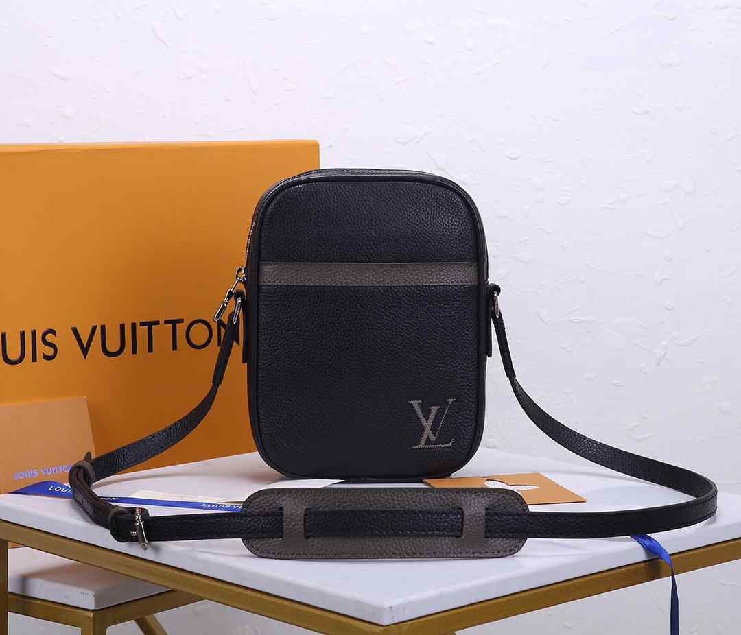 LV MENS SMALL BAG M55168  Danube Slim 16.0 x 21.0 x 4.5 cm
